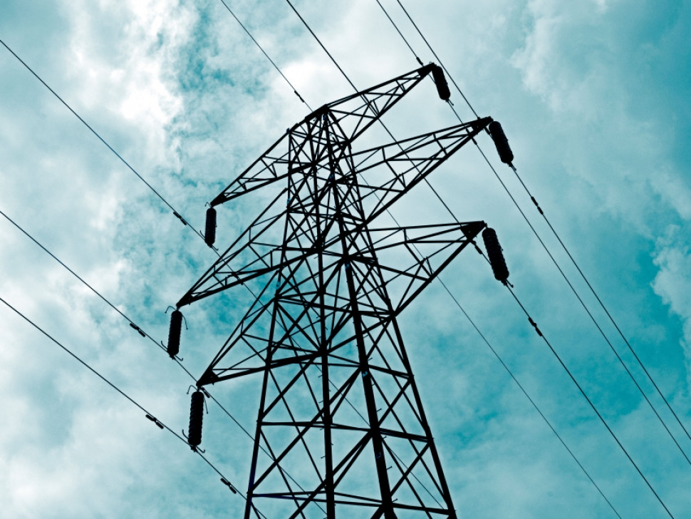 B7EFWN ELECTRICAL POWER PYLON WITH SUPPLY CABLES OR LINES AGAINST A CLOUDY SKY ELECTRIC. Image shot 2008. Exact date unknown.